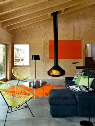 Cheminée Design centrale Ergofocus dans une ambiance de chalet moderne