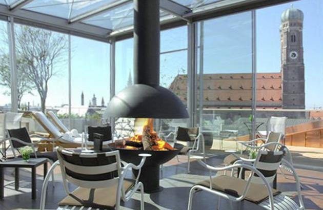 Cheminée Design centrale Mezzofocus située dans la véranda de l'Hotel Bayerischer